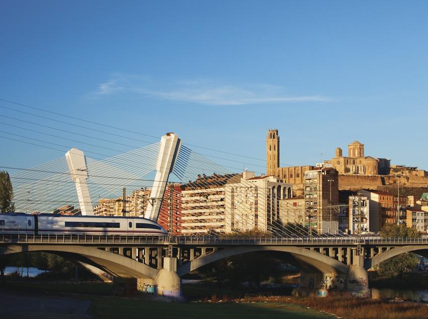 Un tren AVE entra a Lleida, amb la Seu Vella presidint l'escena. (Oriol Clavera)