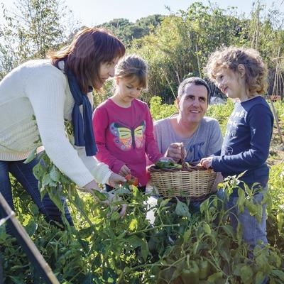 Família a l'hort ecològic de la Fundació Marpi.