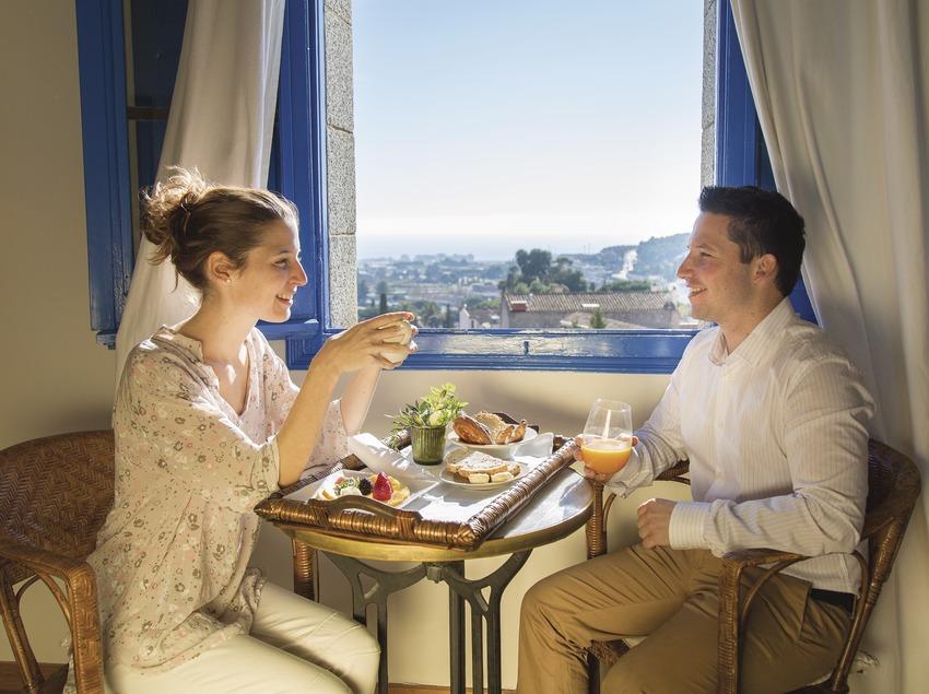 Parella esmorzant aperitiu a l'Hostal de la Plaça a Cabrils. (Nuria Puentes)