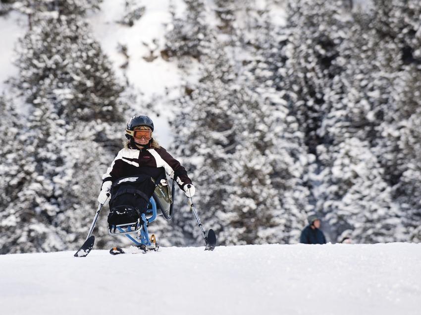 Una usuaria de les pistes d'esquí adaptades per persones amb mobilitat reduïda a l'estació d'esquí La Molina.