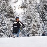 Una usuaria de les pistes d'esquí adaptades per persones amb mobilitat reduïda a l'estació d'esquí La Molina. (Gemma Miralda Escudé)