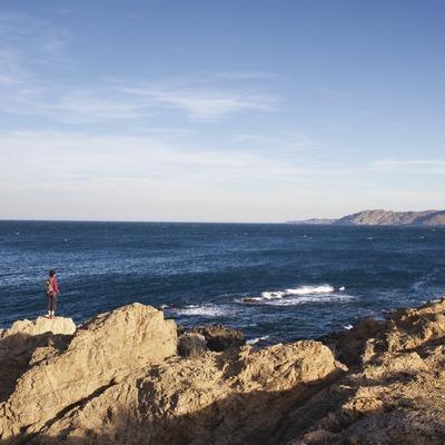 Senderisme a la Costa Brava. Badia de Llançà amb el Cap de Creus al fons.