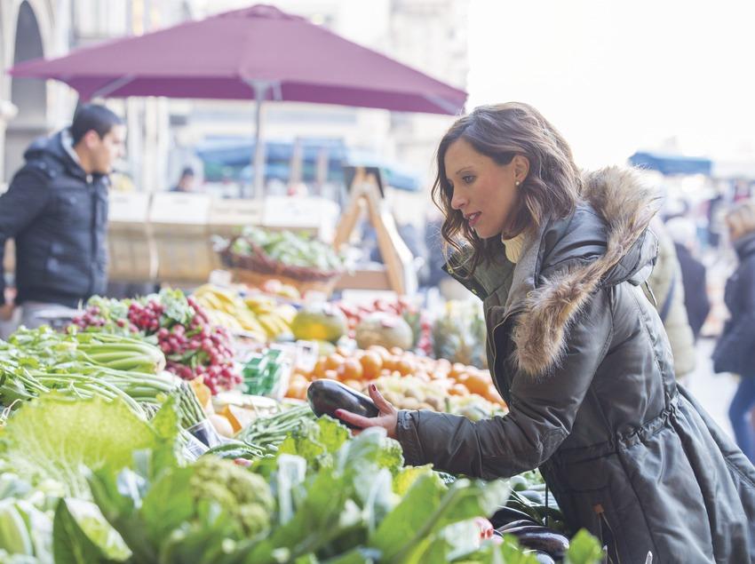 Noia comprant fruites i verdures al mercat de Vic. (Nuria Puentes)