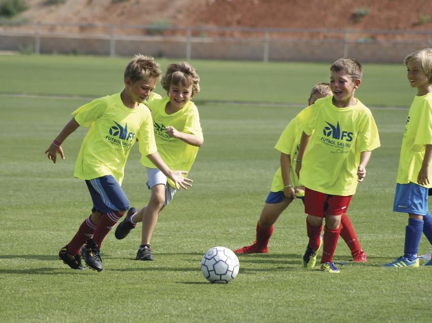 Nens jugant a Fútbol a l'Esportiu Salou. (Esportiu Salou)
