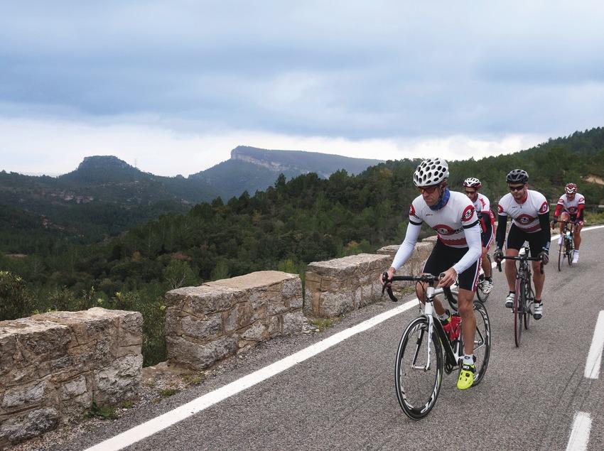 Ciclistes arribant al Coll (carretera T-322).