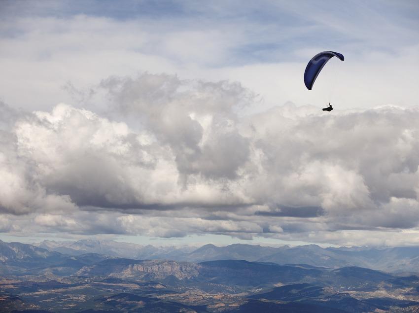 Parapent a la Vall d'Àger. Montsec. (Oriol Clavera)