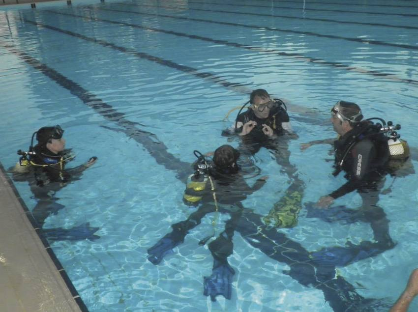 Classes de submarinisme en piscina