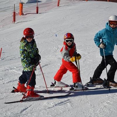 Nens esquiant amb monitor