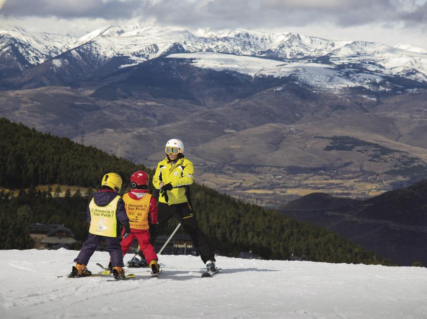 Nens aprenent a esquiar