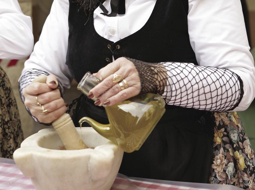 Préparation d'un ailloli pendant une calçotada.  (Oriol Llauradó)