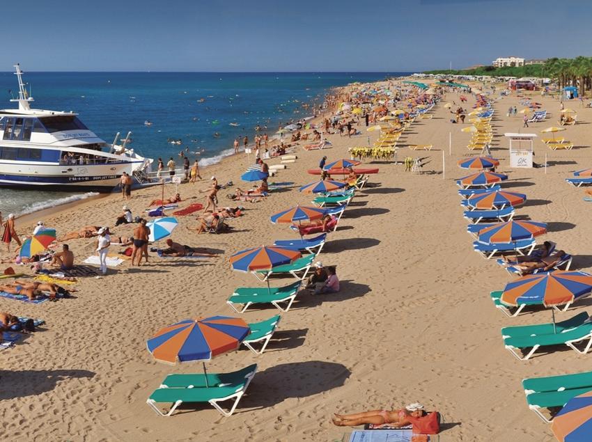 Veraneantes en la playa de Llevant - Sant Susanna   (Joan Ribot)