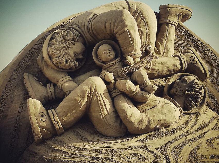 Una de las figuras del pesebre de arena que representa el Nacimiento, San José, la Virgen Maria y el niño Jesús gravitando en el espacio.   (Patronat de Turisme de Vila-seca)