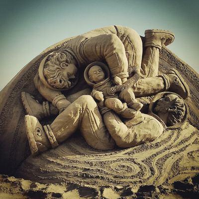 Una de les figures del pessebre de sorra que representa el Naixement, Sant Josep, la Verge Maria i el nen Jesús gravitant a l'espai.   (Patronat de Turisme de Vila-seca)