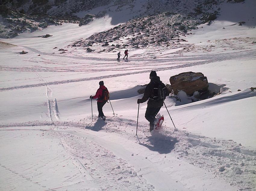Parella fent una excursió amb raquetes de neu al Pirineu