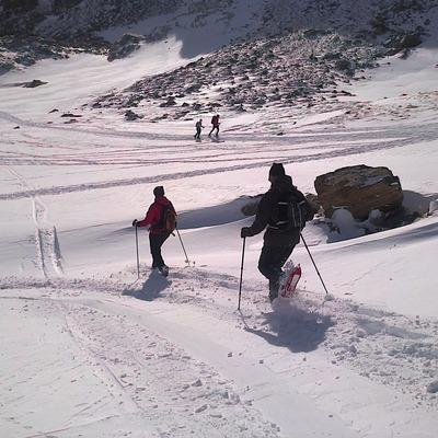 Pareja haciendo una excursión con raquetas de nieve en el Pirineo