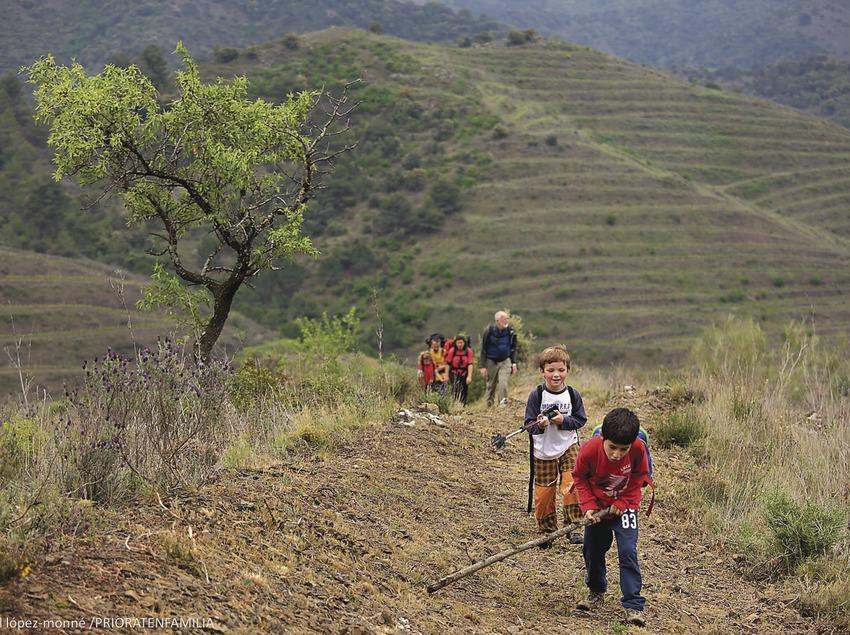 Familia haciendo senderismo en el camino viejo de Porrera a Poboleda por el collado de los Tossals, camino de herradura. Red de caminos del Priorat.