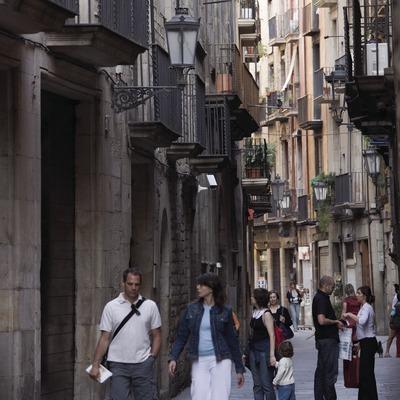Passejant pel carrer Montcada.  (Nano Cañas)