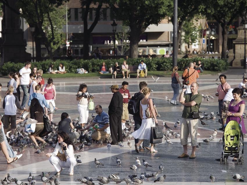 Pedestrians and pigeons in Plaça de Catalunya  (Nano Cañas)