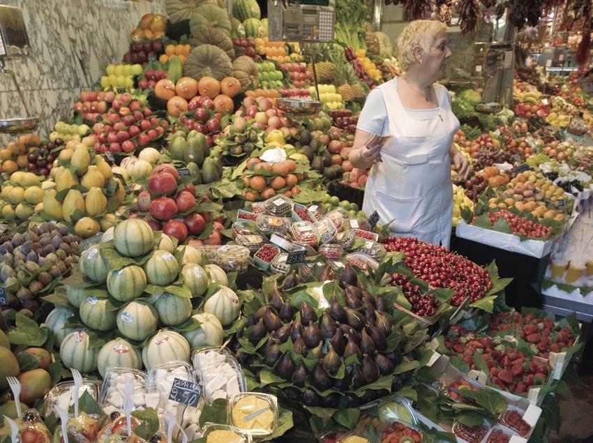 Puesto de fruta en el mercado de la Boqueria.