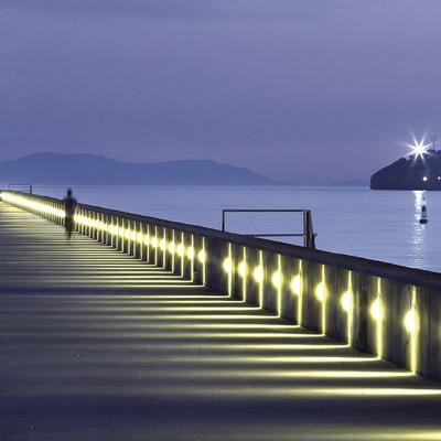 Vista nocturna de la escollera del puerto.  (Miguel Angel Alvarez)