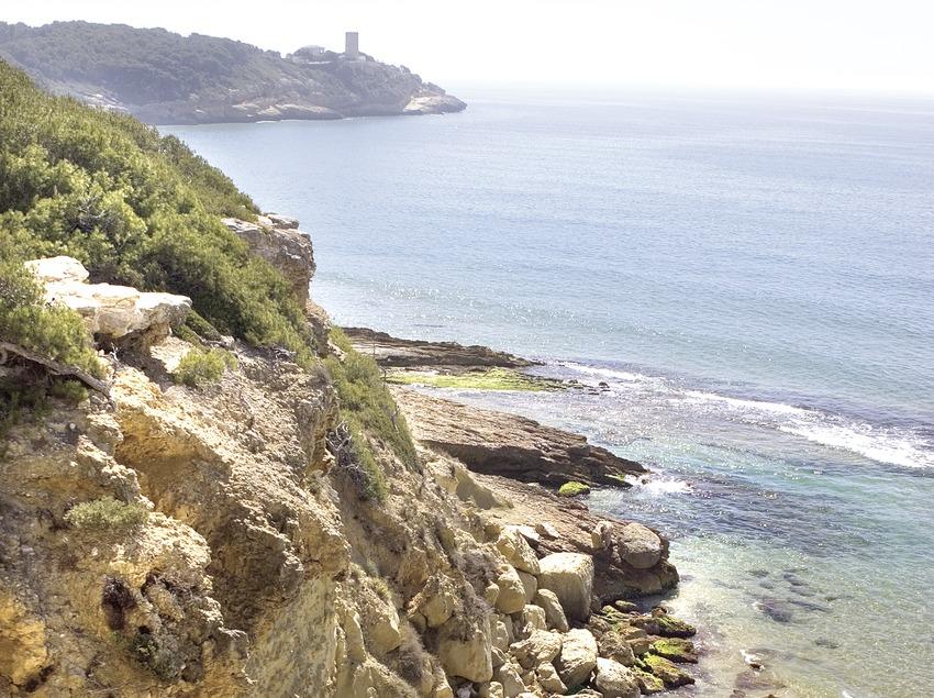 Costa tarraconense con la torre de la Mora al fondo.