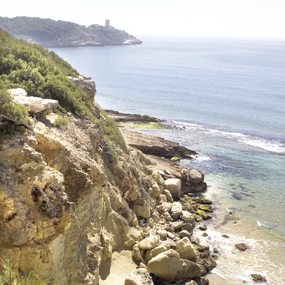 Costa tarragonina amb la torre de la Mora al fons.