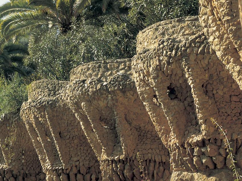 Detalle exterior de los soportales en forma de palmeras en el Park Güell.
