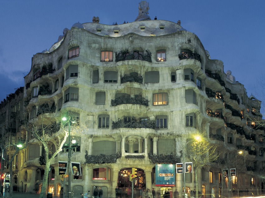 Night view of Casa Milà La Pedrera