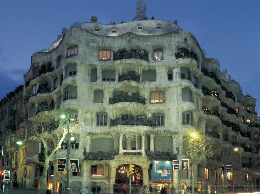 La maison Milà de nuit. La Pedrera.