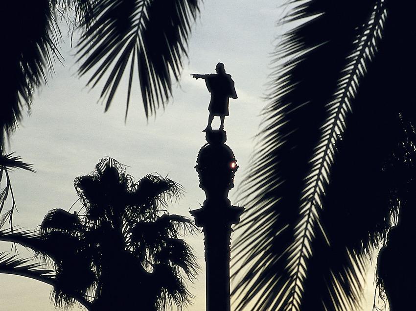 Das Kolumbus-Denkmal in der Abenddämmerung.  (Imagen M.A.S.)