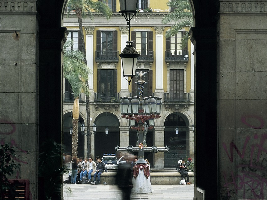Detail of the entrance archway and the central lamp-post in the Plaça Reial  (Imagen M.A.S.)