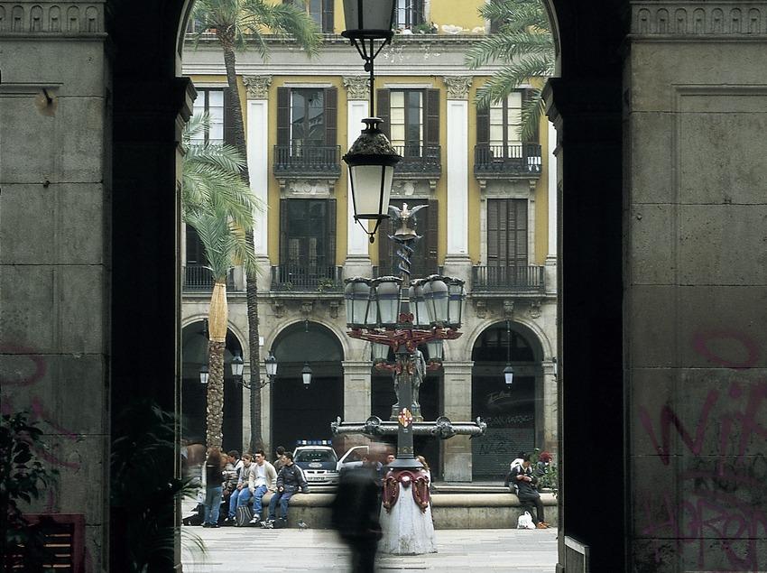 Detalle de las vueltas de la entrada y farol central de la Plaza Reial.  (Imagen M.A.S.)