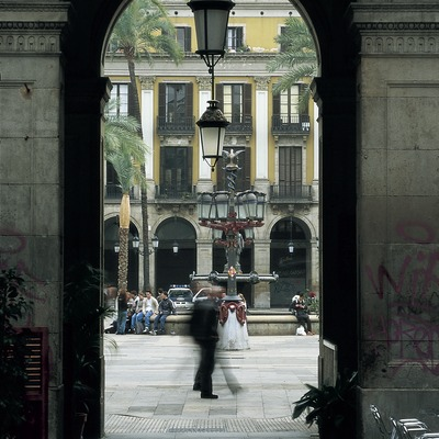 Detall de les voltes de l'entrada i fanal central de la plaça Reial.  (Imagen M.A.S.)