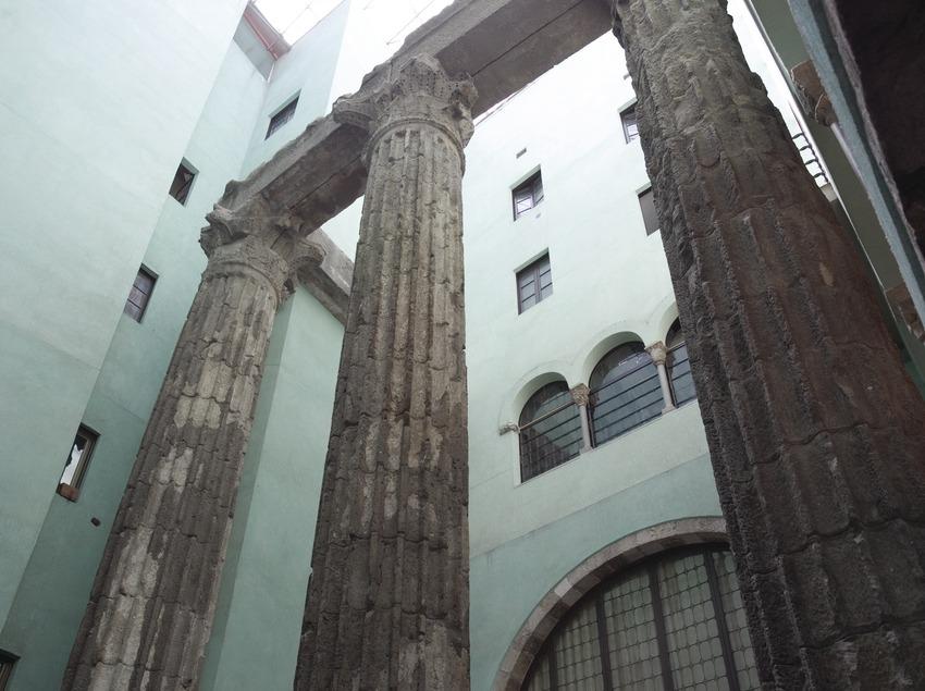 Columnas del antiguo templo romano de Augusto, en el Centro Excursionista de Catalunya.  (Nano Cañas)