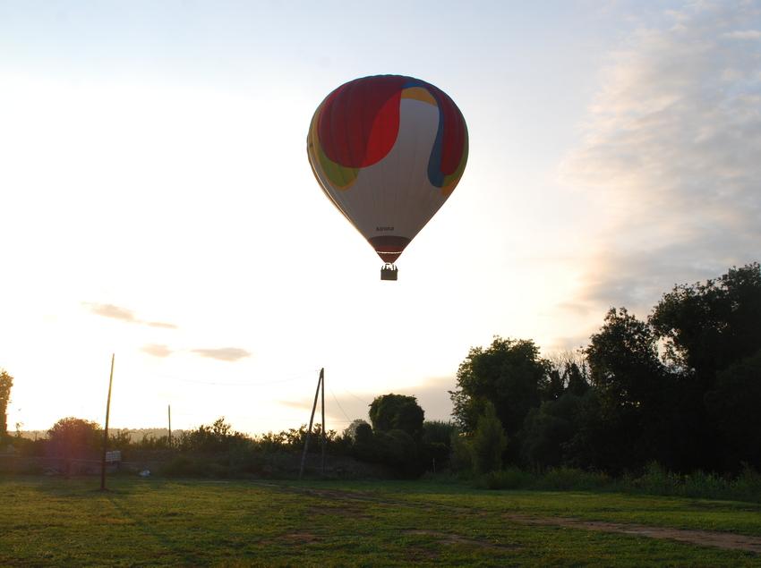 Contrallum d'un globus sobrevolant el paisatge. (Airona Globus)