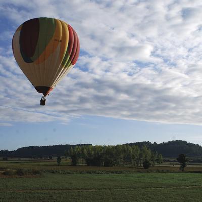 Globus sobrevolant el paisatge. (Airona Globus)
