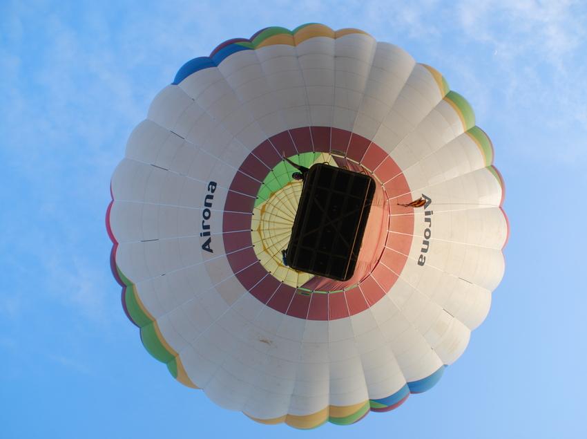 Globus enlairat vist des de sota. (Airona Globus)