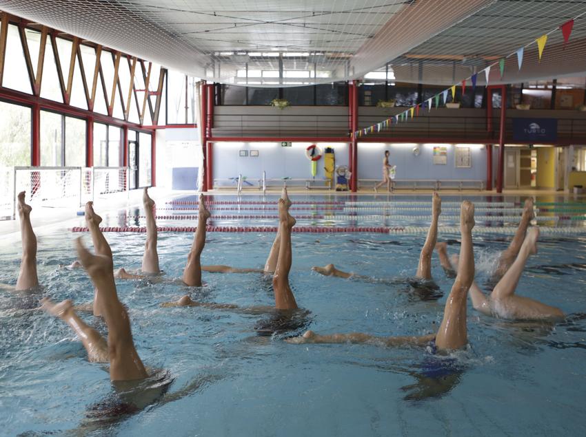 Equip de natació sincronitzada a la piscina. (UAB Campus)