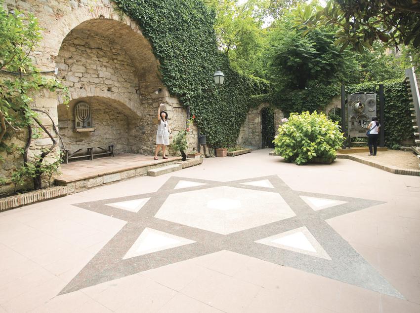 Pati d'entrada al Museu d'Història dels Jueus de Girona, amb l'estrella de David al terra.
