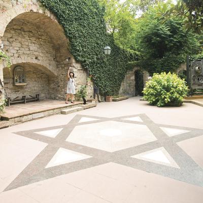 Patio de entrada al Museo de Historia de los Judíos de Girona, con la estrella de David en el suelo.