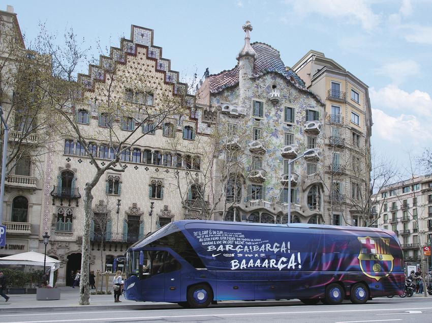 Autocar del FC Barcelona davant la Casa Batlló.