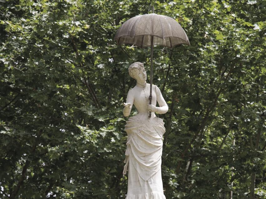 La Dama del Paraigües, al Parc de la Ciutadella.  (Nano Cañas)