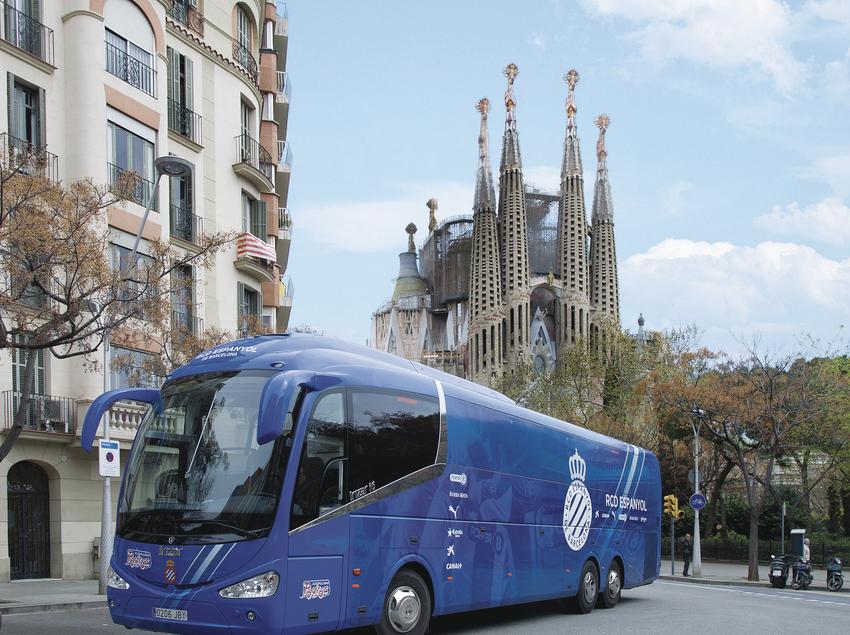 Autocar del RCD Español con la Sagrada Familia al fondo.