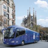 Autocar del RCD Espanyol amb la Sagrada Família al fons.