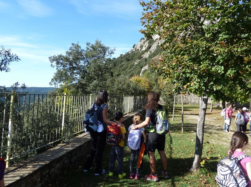 Nens d'excursió en un parque del municipi de Berga