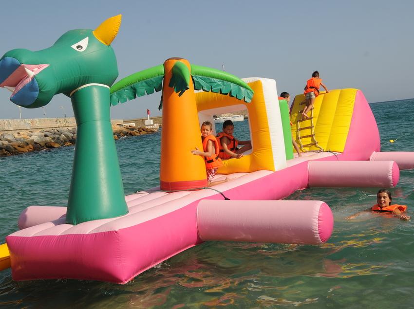 Parc aquàtic flotant a la platja de Blanes (Ajuntament de Blanes)