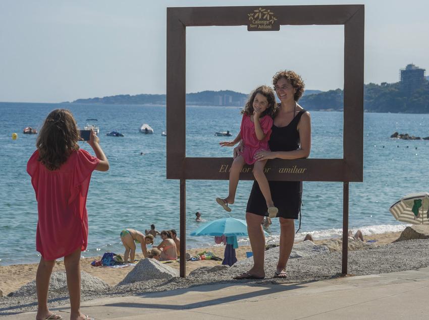 Madre e hijo haciéndose una fotografía en la playa de Calonge (Ajuntament de Calonge)