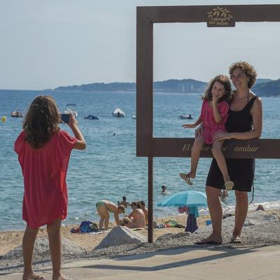 Mare i fill fent-se una fotografia a la platja de Calonge (Ajuntament de Calonge)
