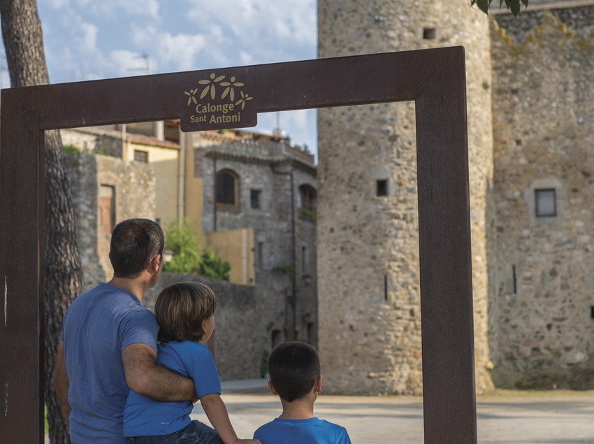 Pare amb seus fills fent-se una fotografia amb el Castell de Calonge de fons (Ajuntament de Calonge)
