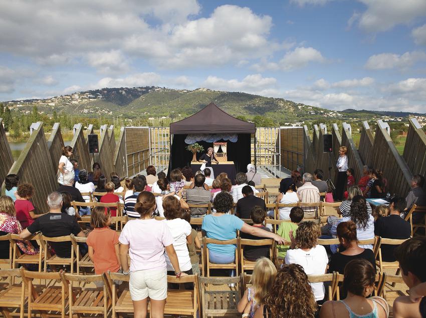 Niños en un espectáculo de títeres en Platja d'Aro
